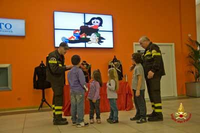 Foto dei bambini con i vigili del fuoco